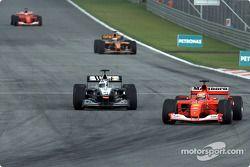 Michael Schumacher double David Coulthard pour la première place