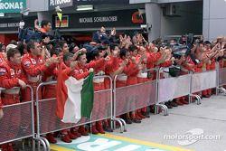 El Equipo Ferrari celebrando