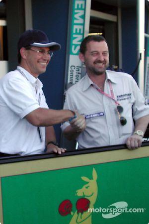 Craig McLatchey presenta a Paul Stoddart con el estandarte de batalla del Canguro Boxeador