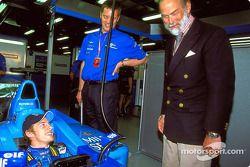 Jenson Button con el Príncipe Michael de Kent en el garage