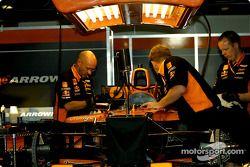Antes de la carrera: Trabajando en los Arrows