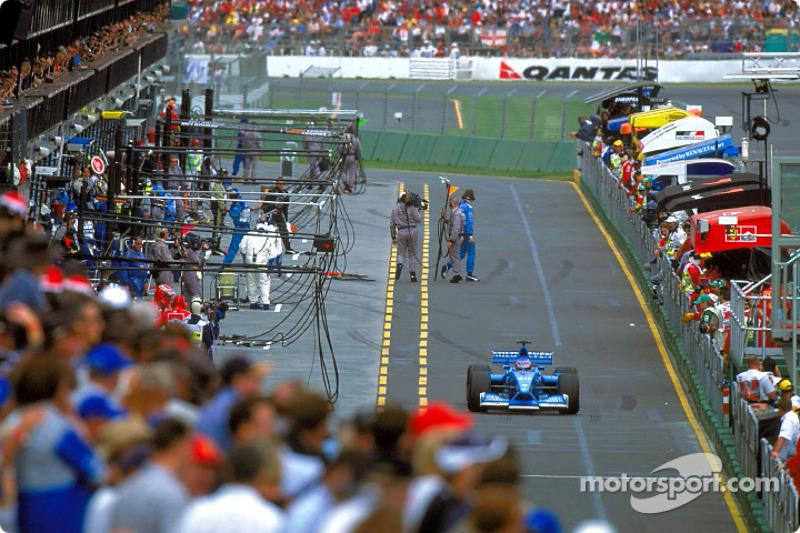 Jenson Button en la zona de pits