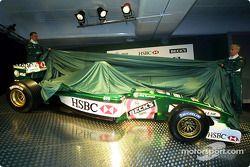 Luciano Burti y Eddie Irvine presentando el Jaguar
