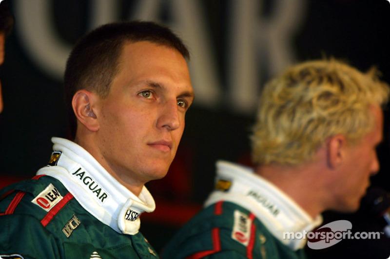 Eddie Irvine em 2001 ao lado de Luciano Burti, ex-piloto de F1 e Stock Car e atualmente comentarista da TV Globo