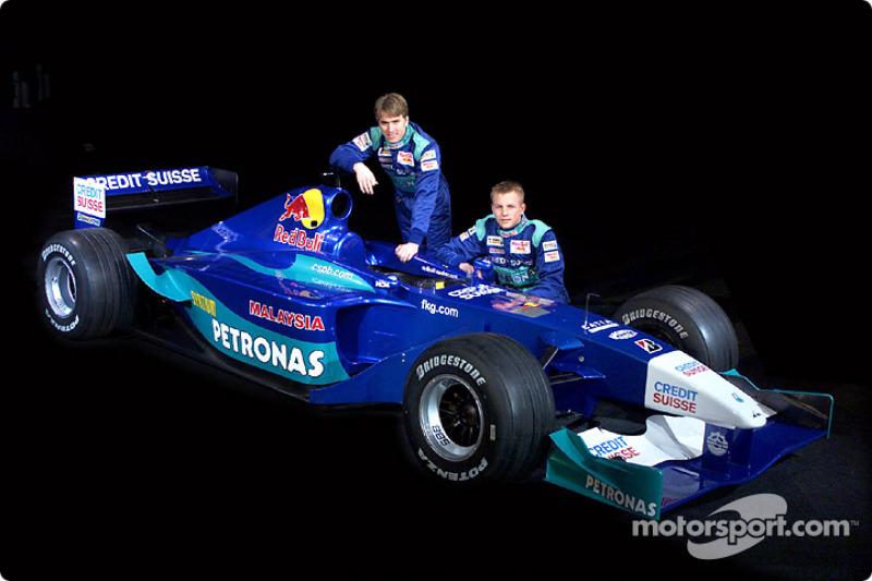 El Sauber C20 y los pilotos de 2001: Nick Heidfeld y Kimi Raikkonen