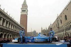 Jenson Button y Giancarlo Fisichella con el B201 en la Plaza San Marcos