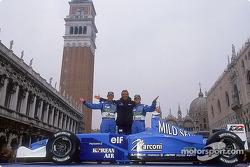 Jenson Button, el director Flavio Briatore y Giancarlo Fisichella