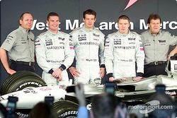 El director del Equipo McLaren Ron Dennis, David Coulthard, Alexander Wurz, Mika Hakkinen, y el pres