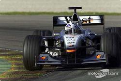 David Coulthard dándole al MP4-16 su primera vuelta en el circuito de Valencia