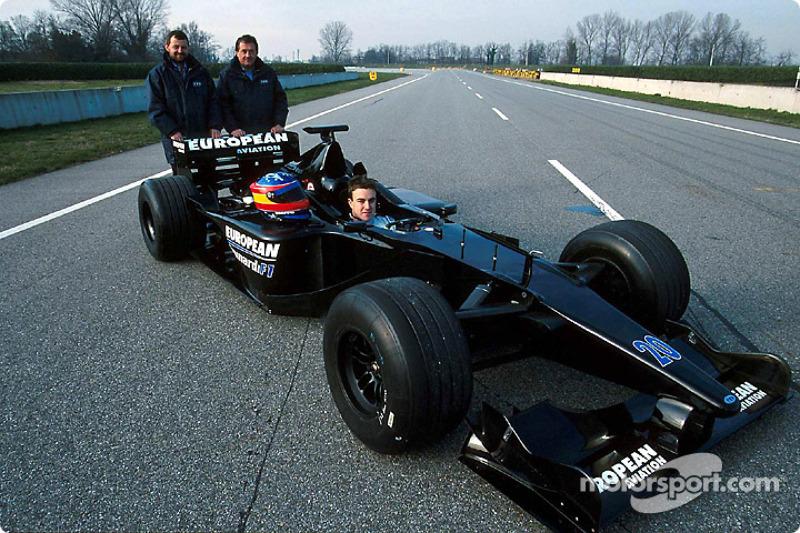 Paul Stoddart,Gian Carlo Minardi y Fernando Alonso en la presentación del Minardi