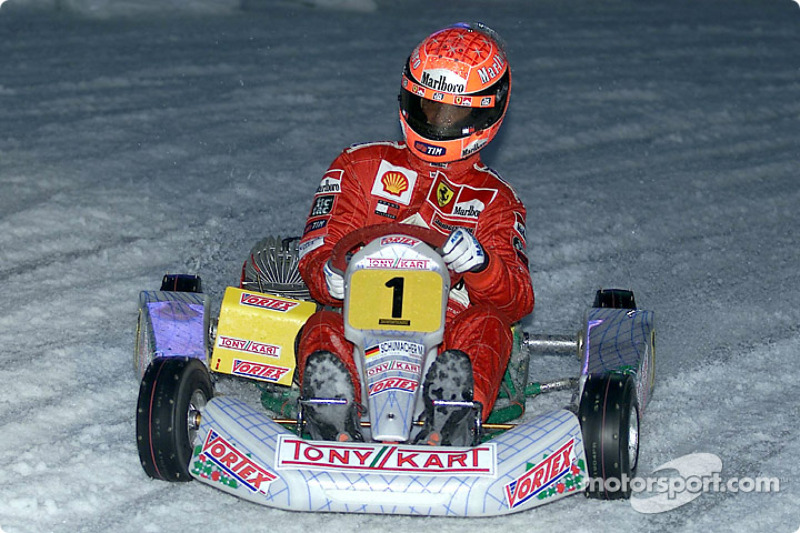 Michael Schumacher conduce en la exhibición de karting
