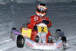 Rubens Barrichello conduce en la exhibición de kart