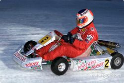 Rubens Barrichello conduce en la exhibición de karting