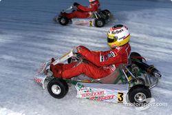 Luca Badoer conduce en la exhibición de kartin
