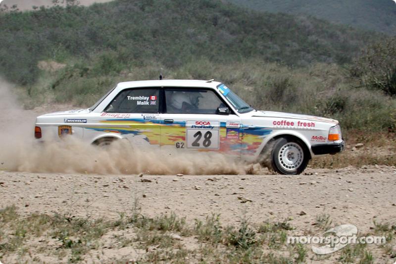 Bill Malik et Eric Tremblay dans une Volvo 240