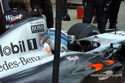 Práctica de zona de pits para McLaren, pero casco equivocado