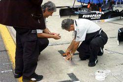 El equipo de Minardi preparando las marcas para las paradas de pits