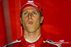 Michael Schumacher, viendo la clasificación