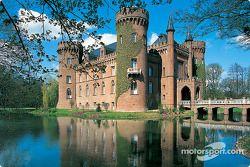 Conduciendo al Nurburgring: castillo en la región de Eifel