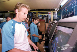 Jenson Button ve Giancarlo Fisichella try yeni Sony Playstation 2