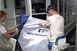 Ralf Schumacher signe un autographe à un fan