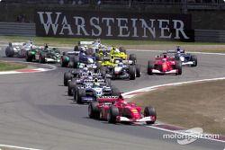 Le premier virage : Michael Schumacher devant son frère Ralf