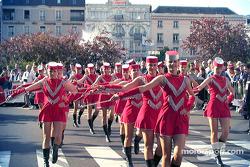 Chicas checas marchando