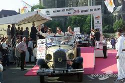 El equipo Champion Racing durante el desfile de pilotos: Didier Theys, Johnny Herbert y Ralf Kellene