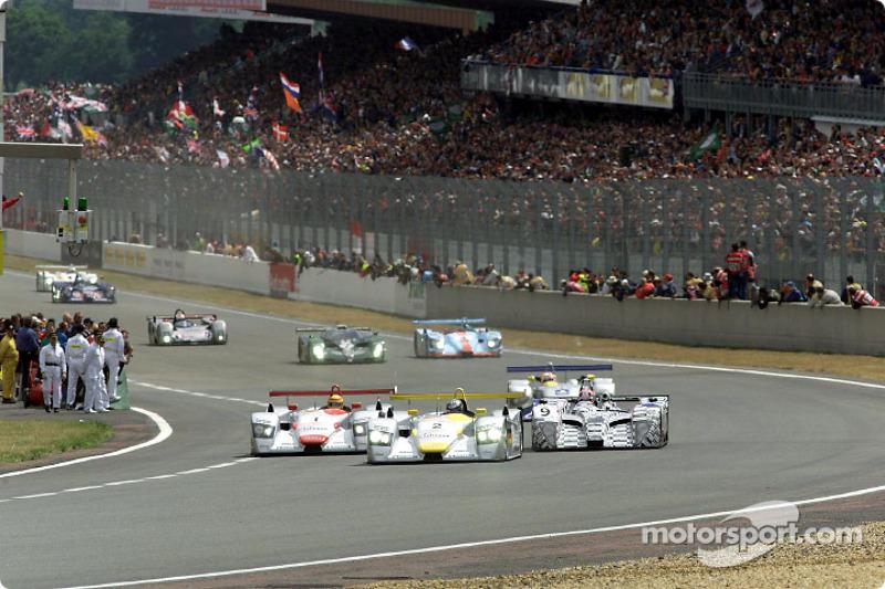 Départ au Mans: Laurent Aiello (#2) dans l'Audi R8 est devant Frank Biela (#1)