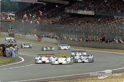 Start at Le Mans: Laurent Aiello (#2) in the Audi R8 is ahead of Frank Biela (#1)