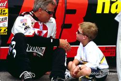 Ricky Rudd baila con su hijo