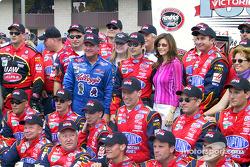 Jeff Gordon y Terry Labonte celebran el triunfo 100 de Hendrick Motorsports en la Winston Cup