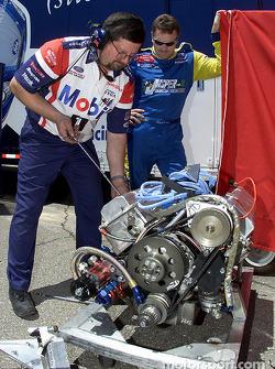Robert Pressley observa mientras un técnico de motor de Penske prepara la máquinta para el Jasper Fo