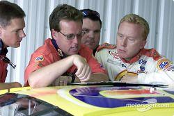 Ricky Craven y el jefe de plantilla, Mike Beam revisan algunas notas durante la práctica