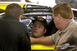 Robby Gordon platica con el jefe de tripulación Jim Long y el dueño de equipo, Jim Smith en la nueva