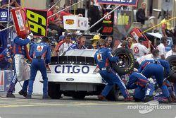 Jeff Burton entra a pits por gasolina y llantas