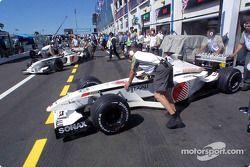 El equipo BAR en los pits: Olivier Panis y Jacques Villeneuve