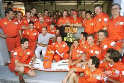 Michael Schumacher celebrando su victoria 50 en Grandes Premios con el Equipo Ferrari