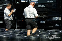 Preparación de llantas en Minardi