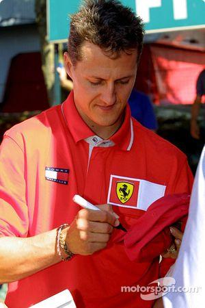 Michael firmando autógrafos