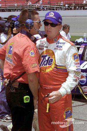 Ricky Craven platica con un miembro del equipo