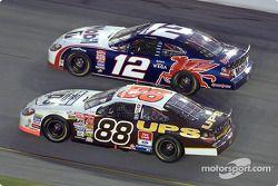 Dale Jarrett y Jeremy Mayfield en una dura batalla