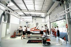 El Toyota F1 y Mika Salo en el garage
