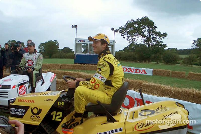 Carrera de podadoras de césped de Honda: Jarno Trulli y Olivier Panis