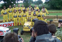 Honda lawnmower race: Jarno Trulli et the whole team