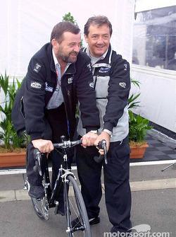 Paul Stoddart y Giancarlo Minardi con la nueva bicicleta Minardi