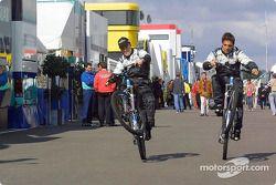 Fernando Alonso und Tarso Marques auf dem neuen Minardi-Fahrrad