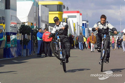 Fernando Alonso en Tarso Marques proberen de nieuwe Minardi-motor