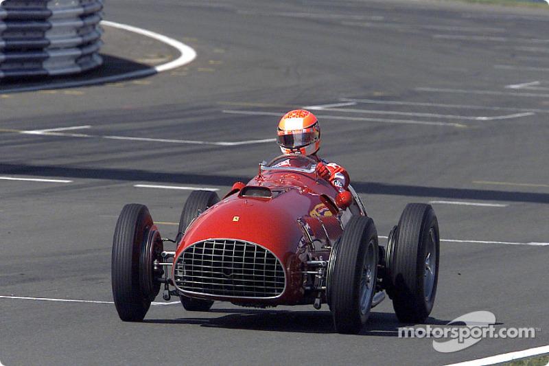 Michael Schumacher conduciendo el Ferrari 375 F1 alrededor de Silverstone