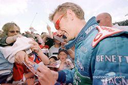 Jenson Button signe des autographes
